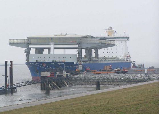 Frachter mit eigenen Kran bei Entladung