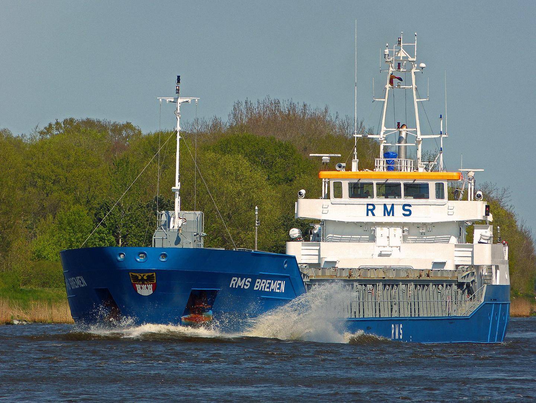 Frachter RMS Bremen im Nord Ostsee Kanal bei steifer Brise am 2.5.2012 Richtung Brunsbüttel .
