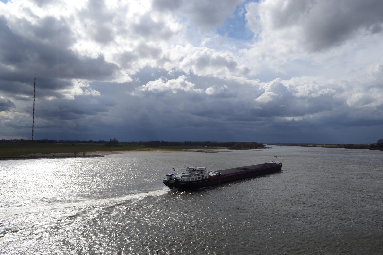 """...""""Frachtschiff bei Wesel am Rhein """"...."""