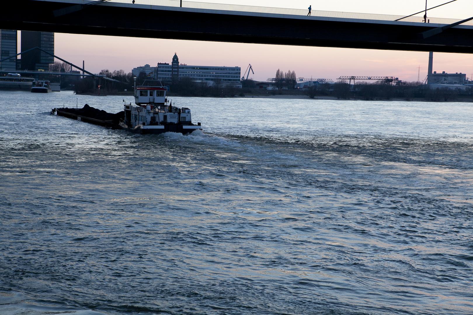 Frachtschiff in blauer Stunde