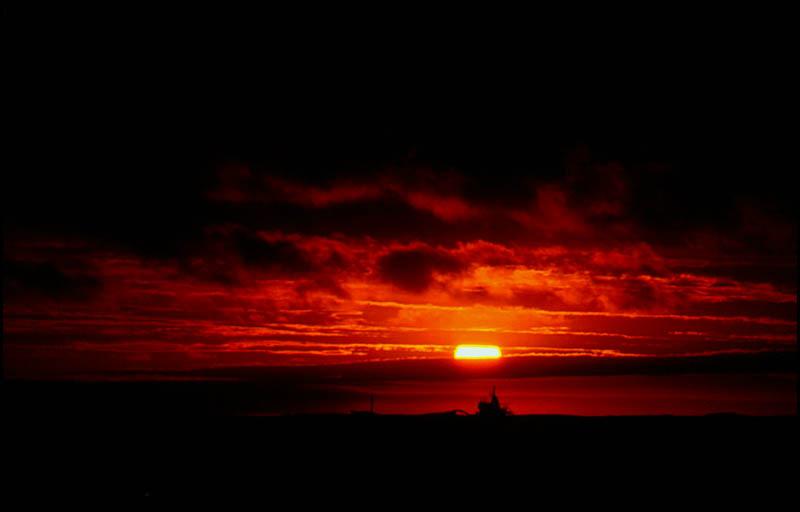 Frachtschiff in der Mitternachtssonne