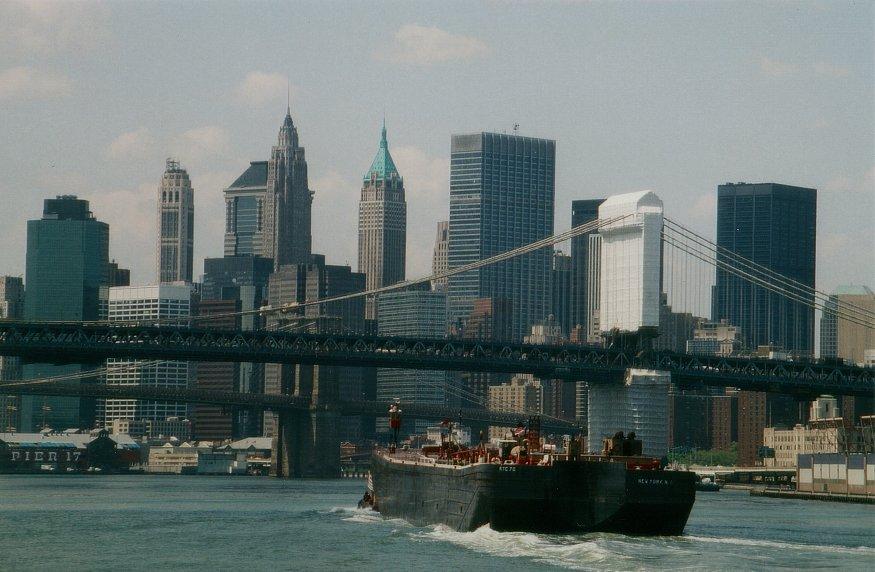Frachtschiff unter Manhattan-Bridge N.Y.