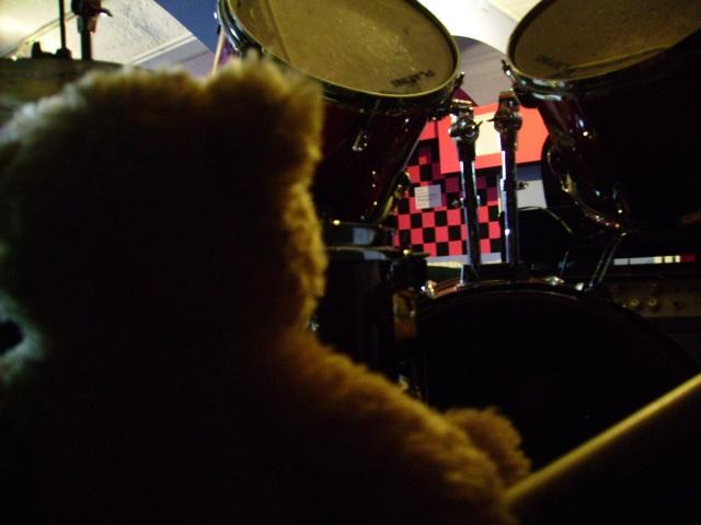 Fränkie spielt Schlagzeug