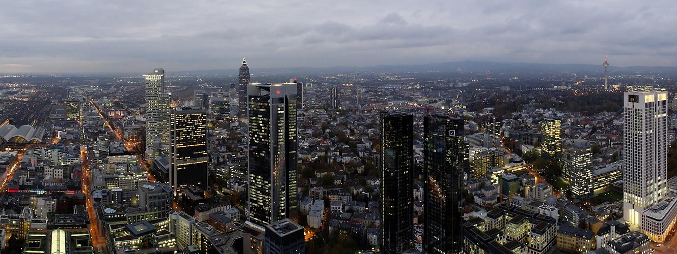 Frankfurt bei Dämmerung vom Maintower (I)