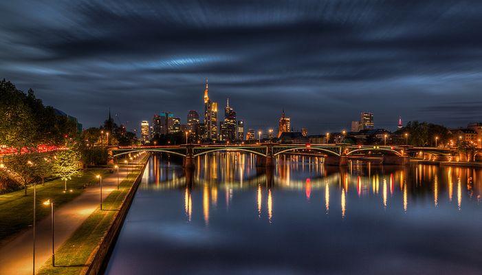 Frankfurt bei Nacht - Blick auf Ignatz-Bubis-Brücke