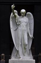 Frankfurt: Hauptfriedhof - Engel mit erhobener Hand