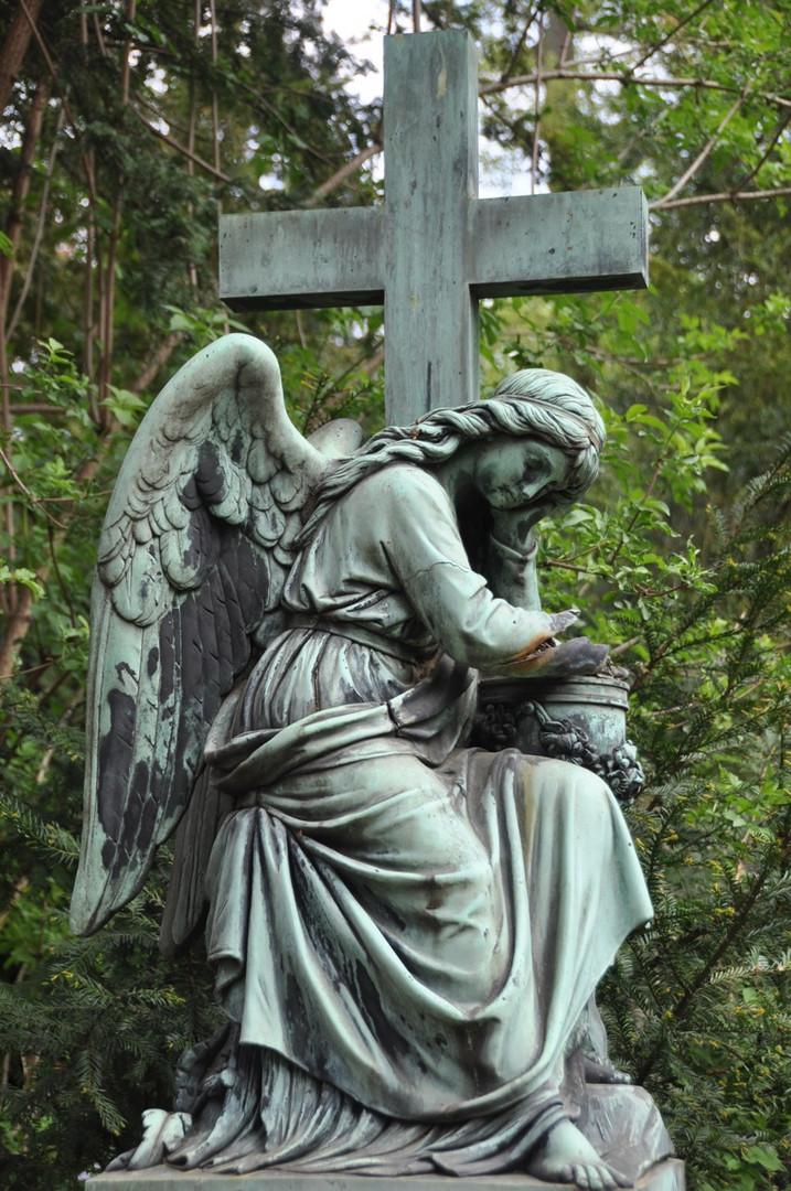 Frankfurt: Hauptfriedhof - Engel mit Kreuz