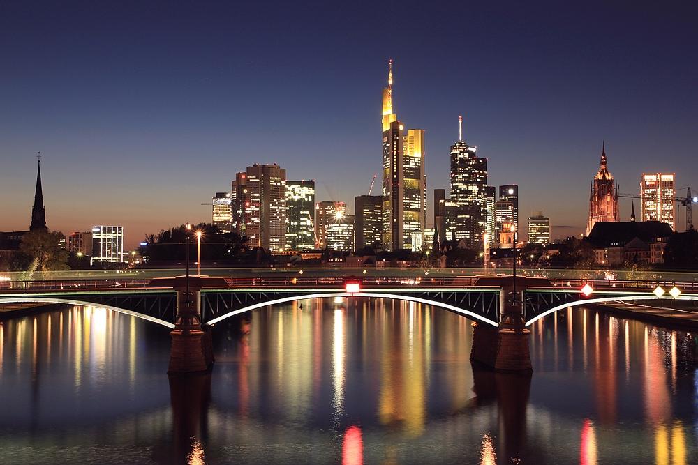 frankfurt skyline am abend foto bild architektur stadtlandschaft skylines bilder auf. Black Bedroom Furniture Sets. Home Design Ideas
