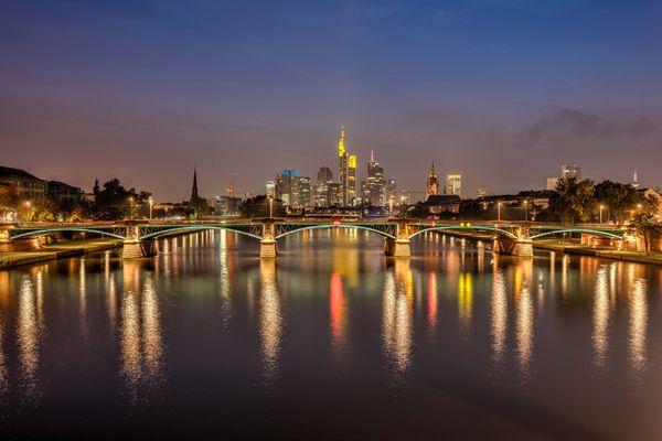 Frankfurt Skyline in der Dämmerung