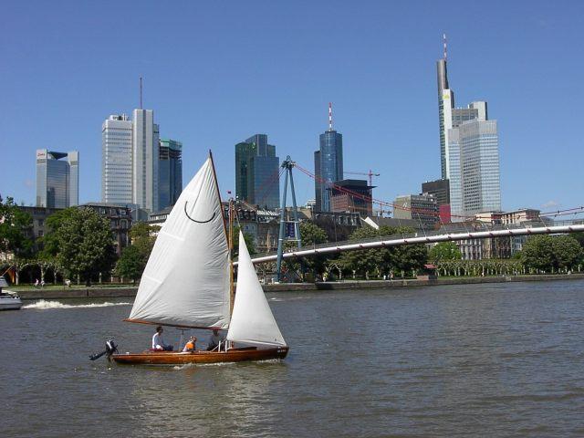 Frankfurt Skyline und Segelboot