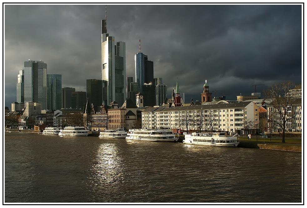Frankfurt vor dunklen Wolken