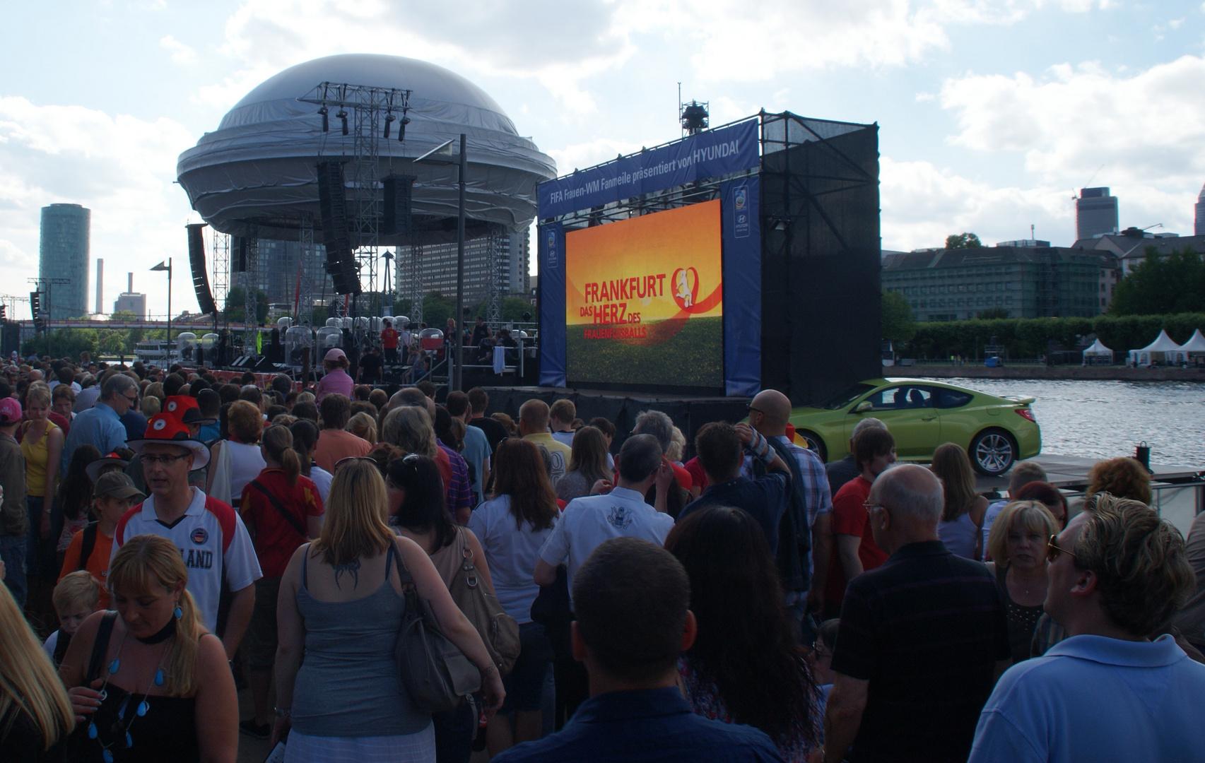 Frankfurter Fanmeile zur Frauen-Fußball-WM: Schwimmbühnen auf dem Main
