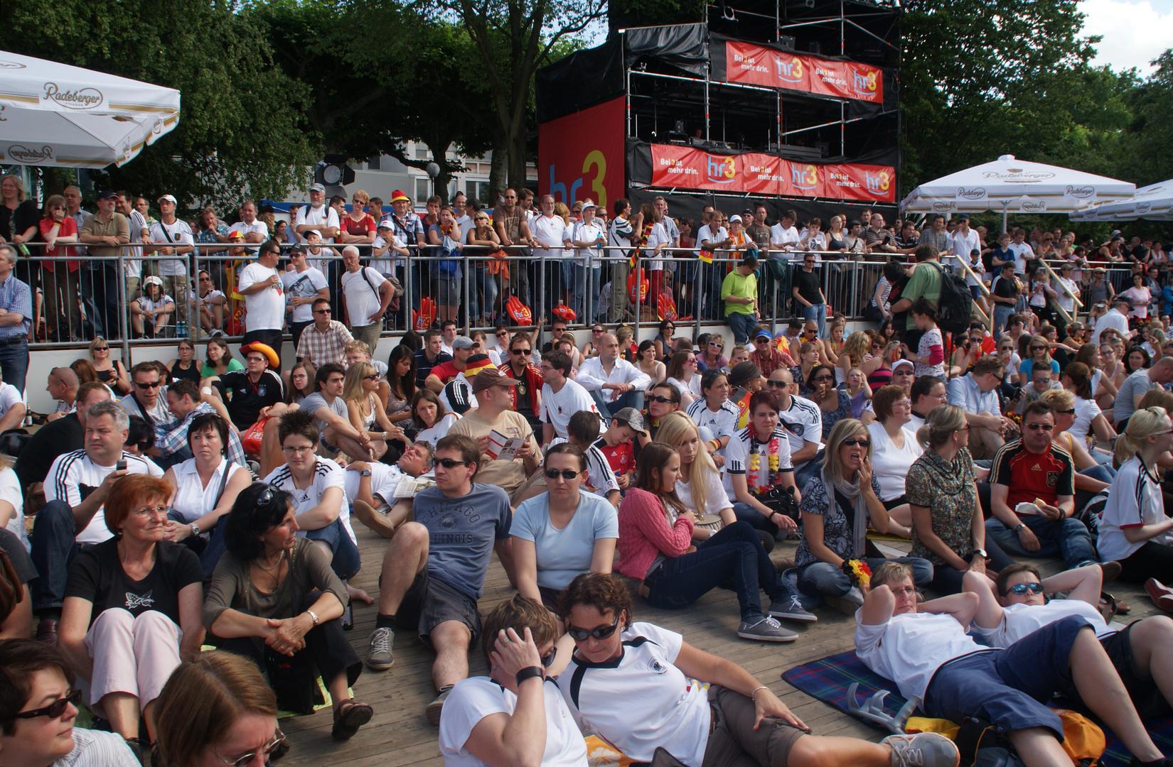 Frankfurter Fanmeile zur Frauen-Fußball-WM: Warten auf den Anpfiff