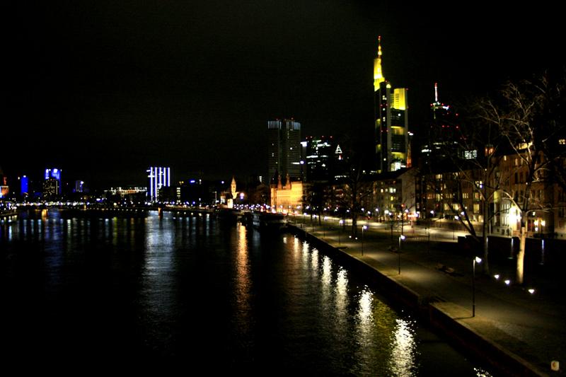 Frankfurter Mainufer am Abend