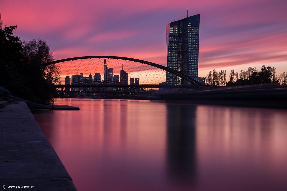 Frankfurter Skyline im pinken Sonnenuntergang