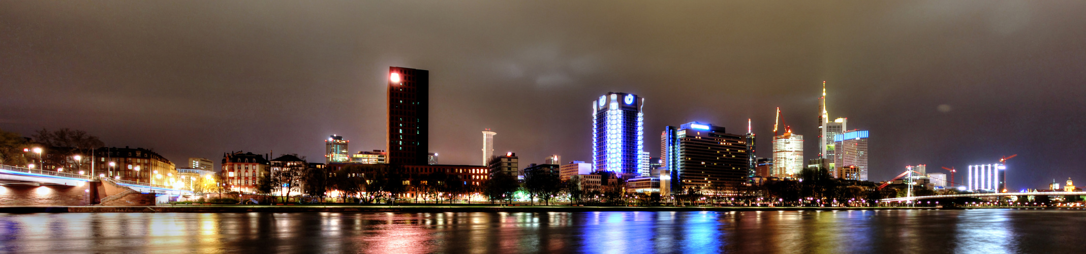 Frankfurts Skyline bei Nacht