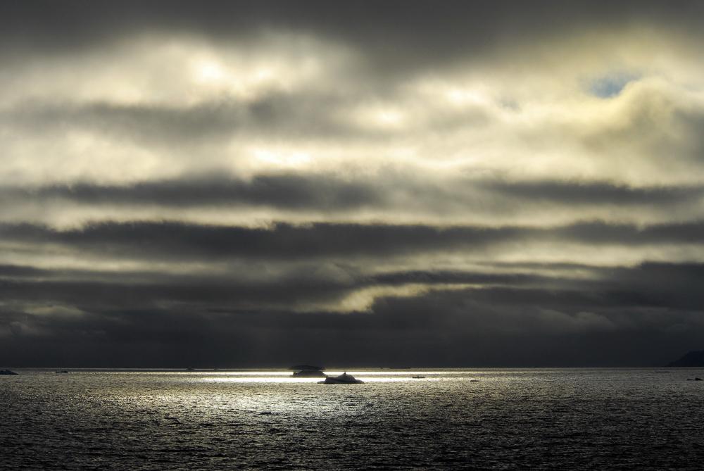 Franz Josef Land; Russland;Mitternacht;Nebel;Sonne;Meer; Goldfarben;Eisberg