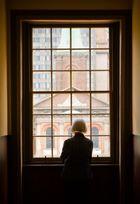 Frau am Fenster 2