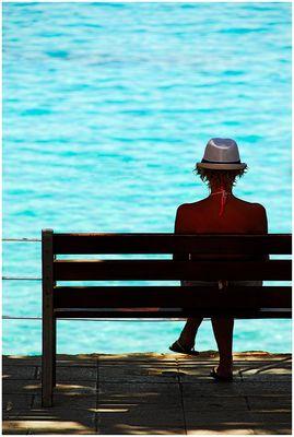 Frau am Meer mit Hut