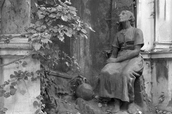Frau an der Säule
