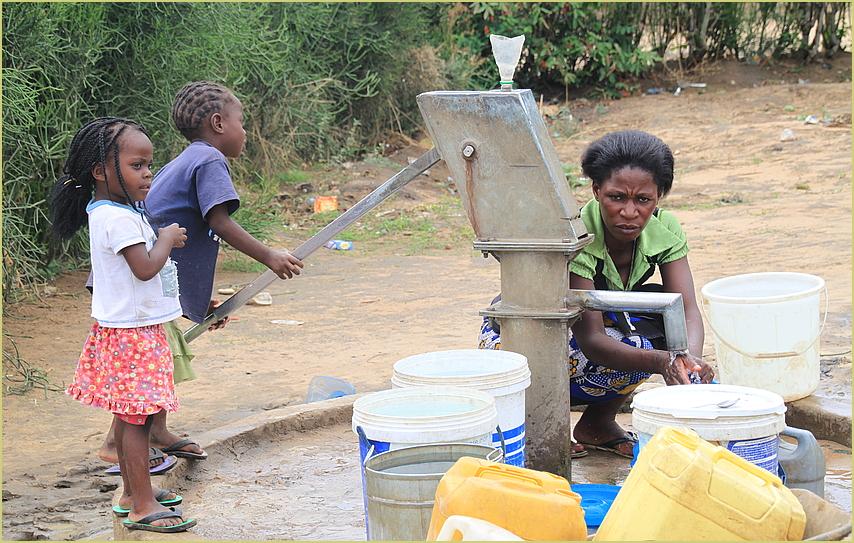 Frau an Wasserstelle ... in Sambia