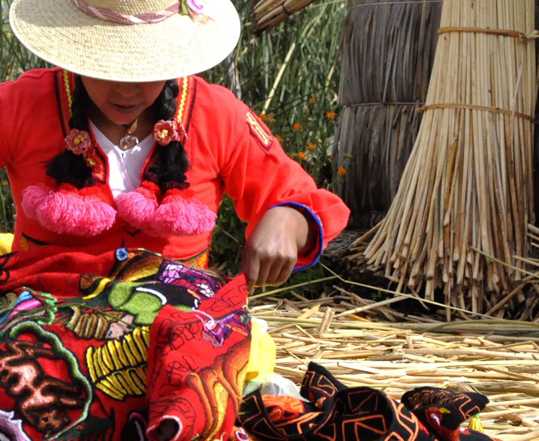 Frau arbeitet auf der Insel Uros - Titicacasee