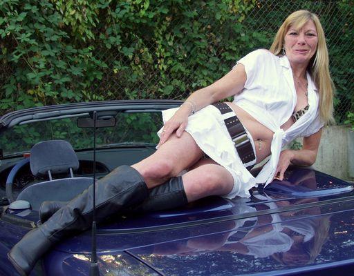 Frau auf Auto