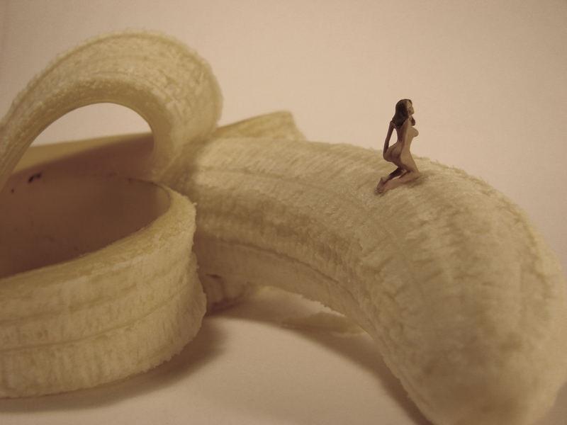 Frau auf Banane 2
