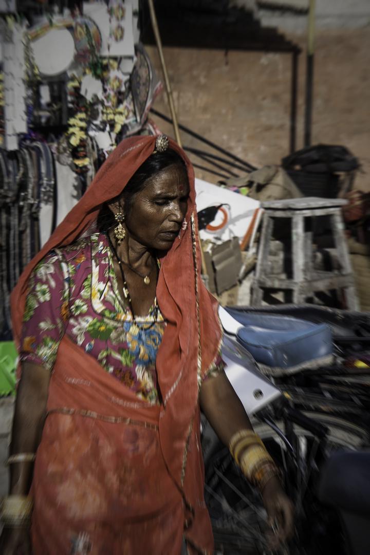 Frau auf dem Markt von Bikaner