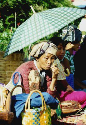 Frau auf einem Mark in der Nähe zur thailändischen Grenze