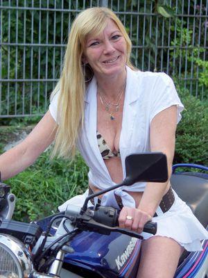 Frau auf Motorrad
