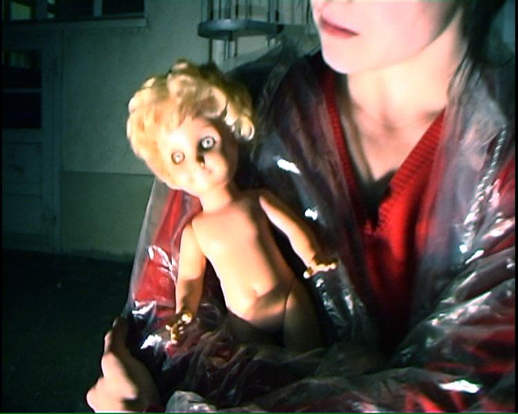 Frau gefunden, mit Säugling in Hinterhof!
