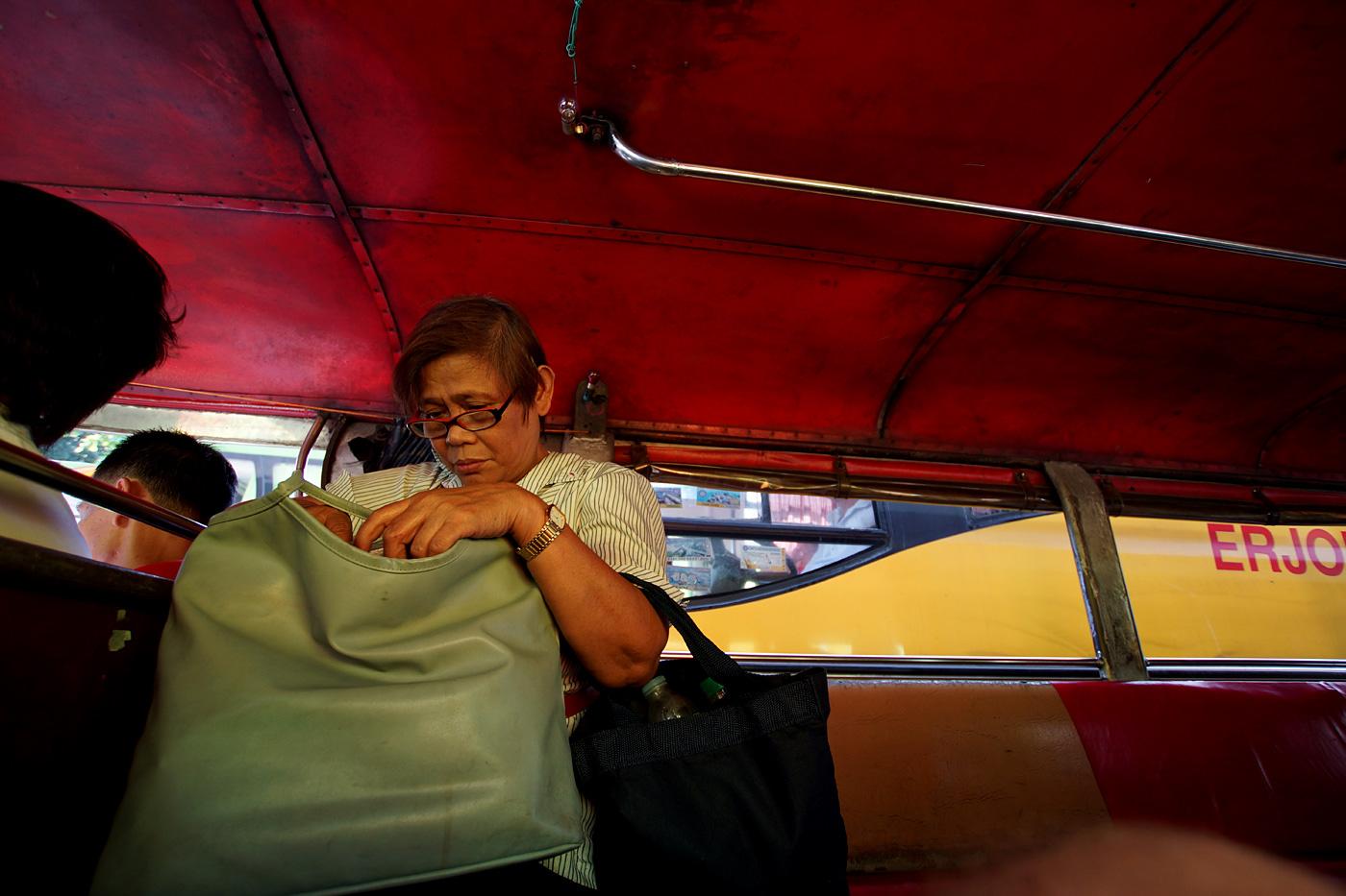 Frau im Bus