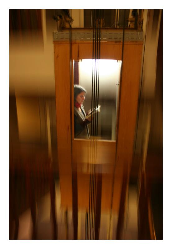Frau im Fahrstuhl