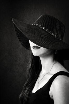 Frau im Hut (schwarz)