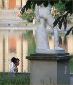 Frau im Park mit Statue Ü600K