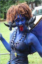 Frau in Blau +44Fotos