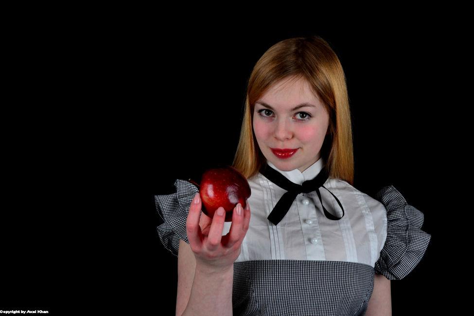 Frau mit dem Apfel
