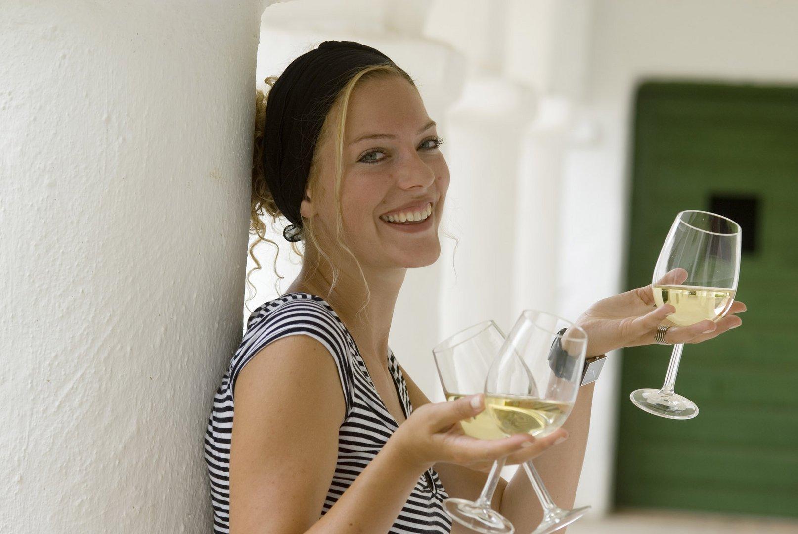 Frau mit drei glaser