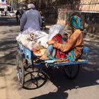 Frau mit Kind auf der Rikshar