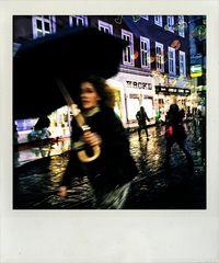 Frau mit Schirm .