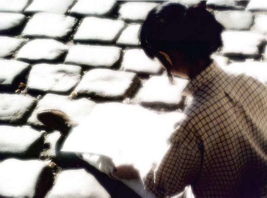 Frau mit Zeichenblock