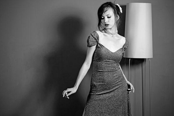 Frau neben Lampe