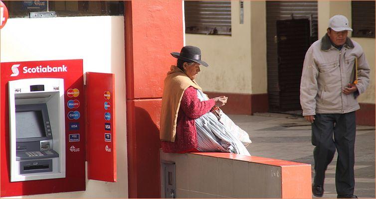 Frau Strasse zählt Peru
