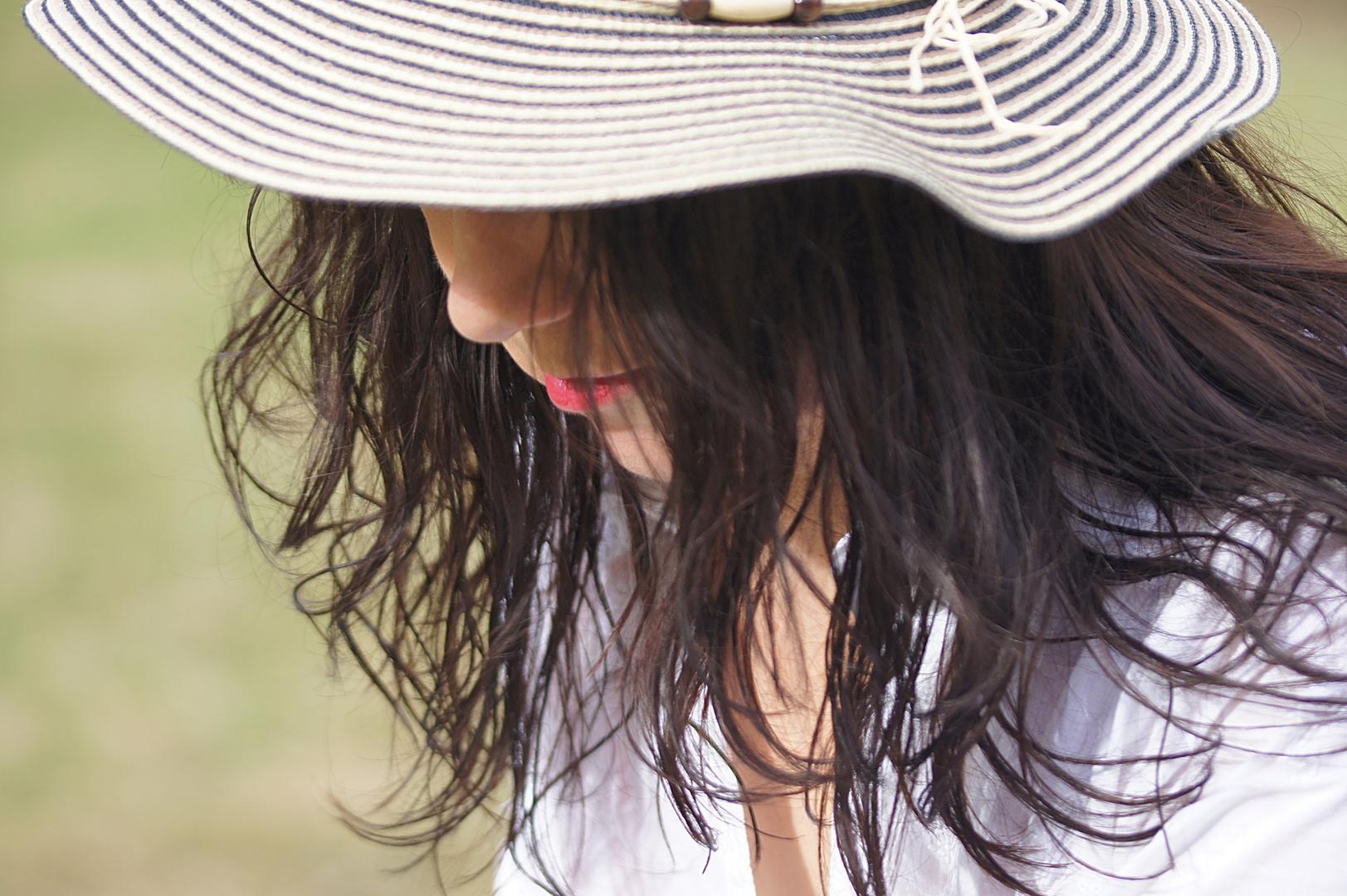 Frau trägt Hut 2