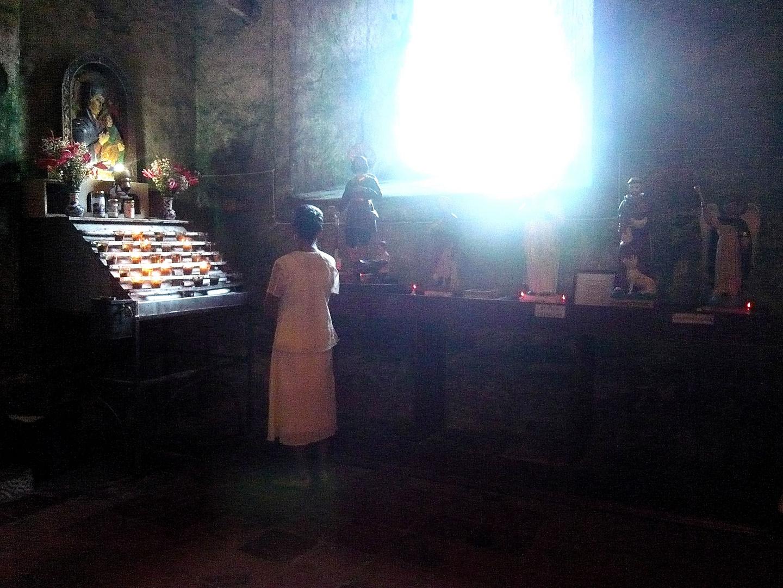 Frau vor dem Altar