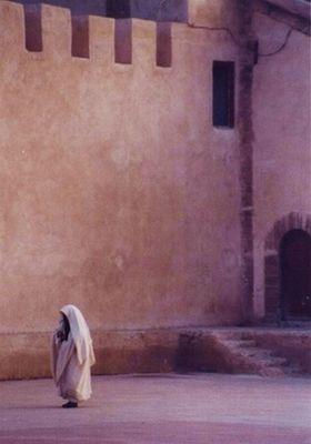 Frau vor Stadtmauer