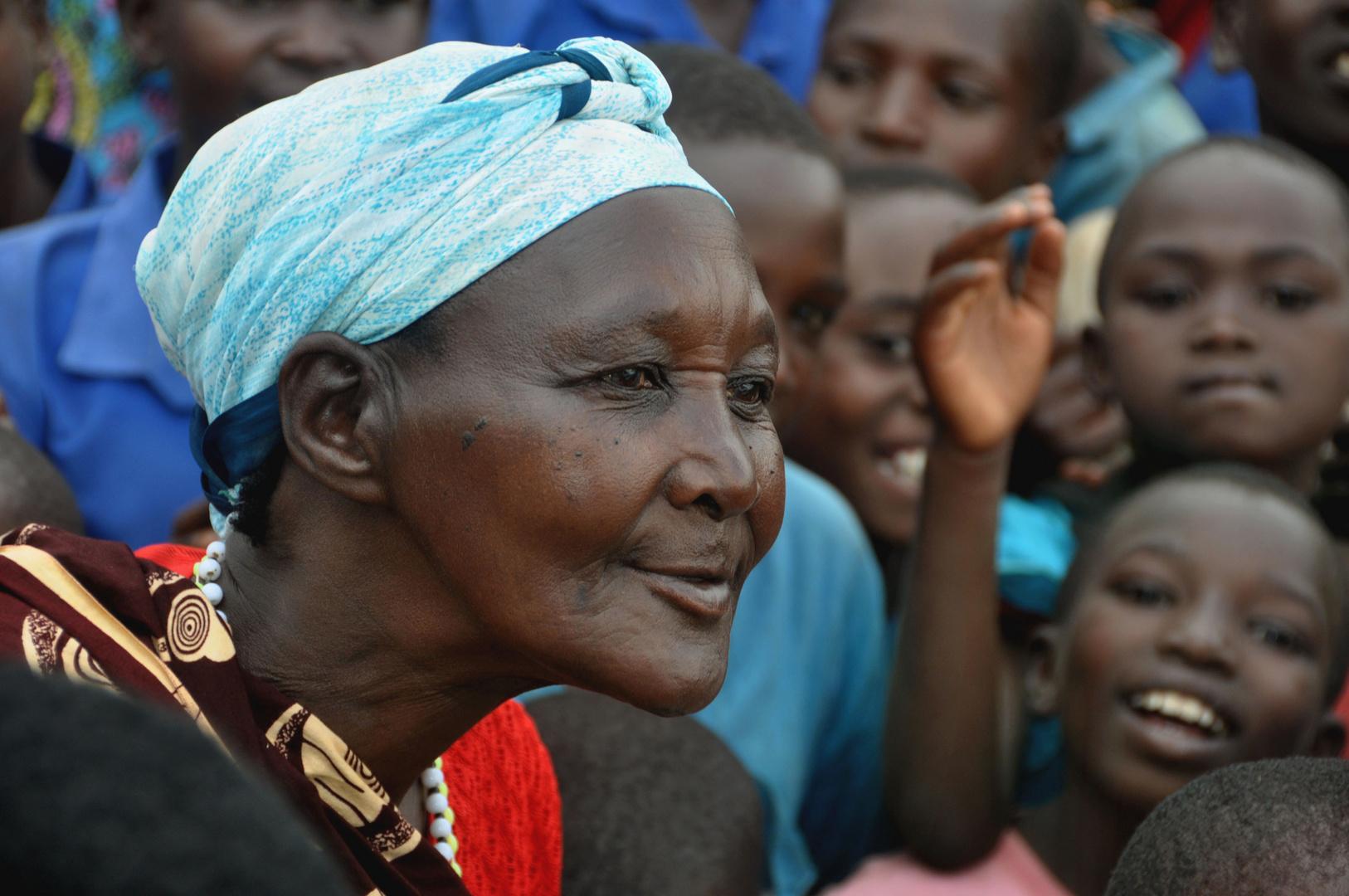 Frau während einer Dorfversammlung in Ruanda