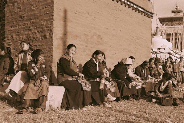 Frauen beim Bum Chu Festival, Tashiding, Sikkim