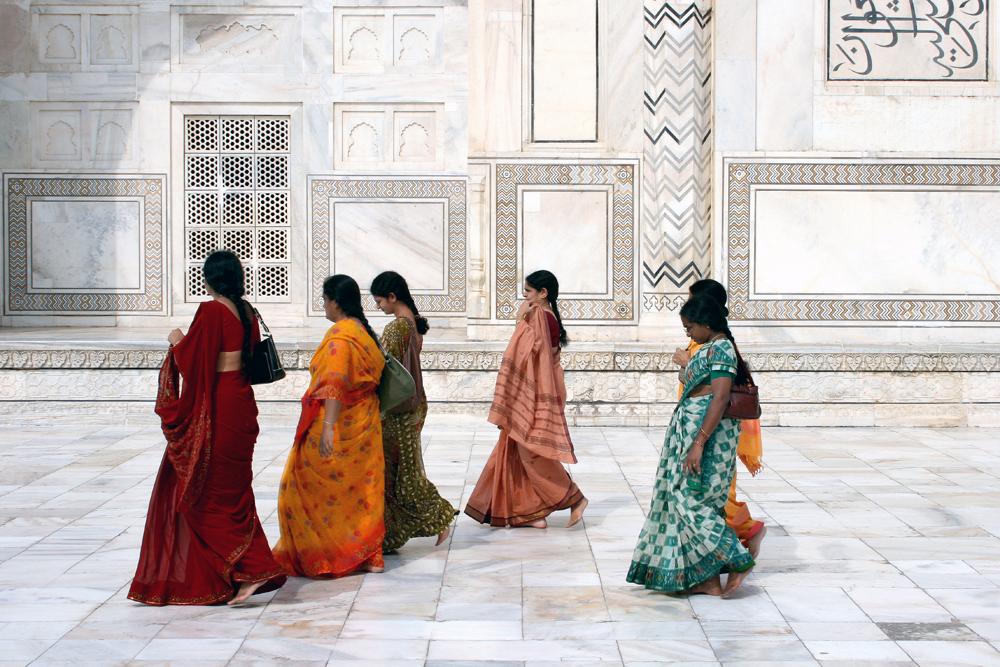 Frauen in bunten Saris auf kühlem Mamor